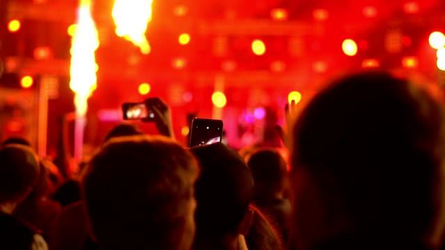 vídeos de stock, filmes e b-roll de pessoas em um show de rock - músico pop