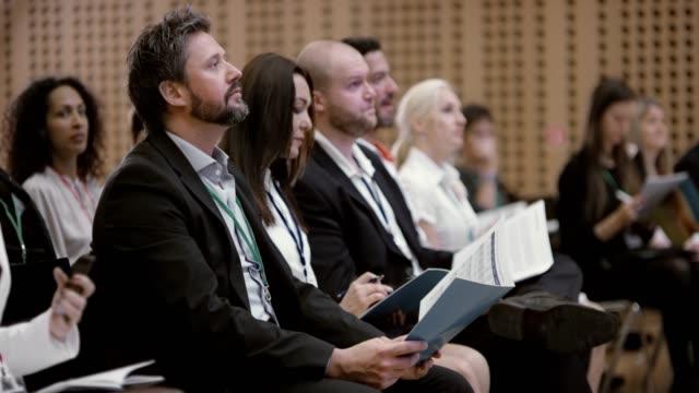 vídeos y material grabado en eventos de stock de personas en un seminario de escuchar a los oradores y hacer notas - diez segundos o más