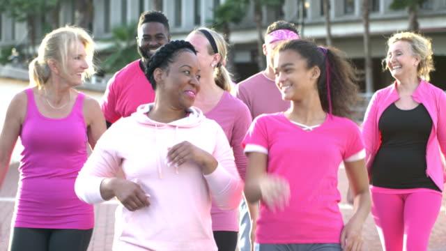 meme kanseri farkındalık olay yürüyüş, konuşma insanlar - breast cancer awareness stok videoları ve detay görüntü çekimi