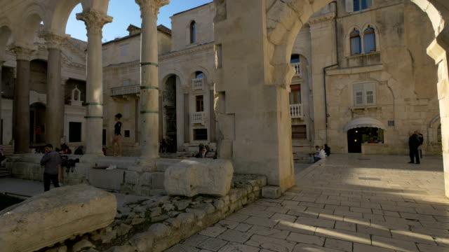 people at diocletian's palace - хорватия стоковые видео и кадры b-roll