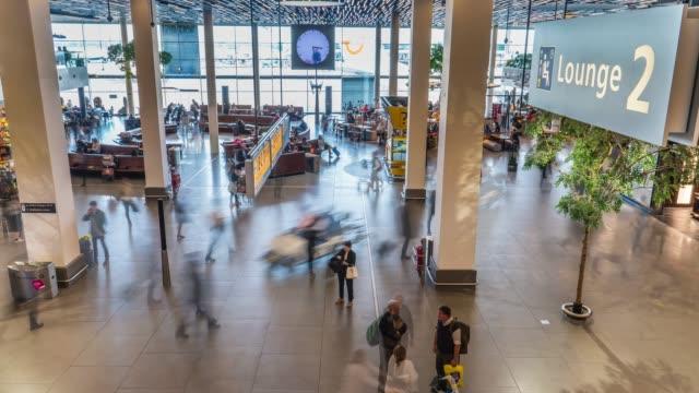stockvideo's en b-roll-footage met mensen op de luchthaven terminal in 4 k-resolutie - schiphol