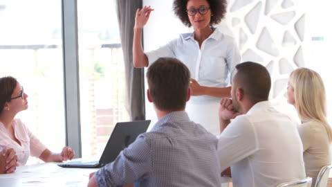 stockvideo's en b-roll-footage met people attending business meeting in modern open plan office - communicatie