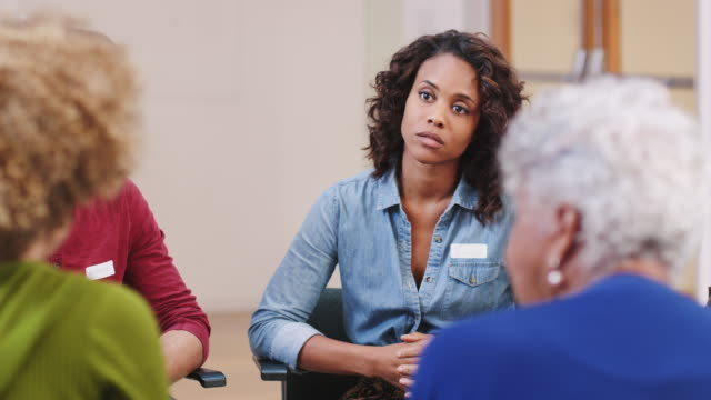 personer som deltar i självhjälps terapi grupp möte i community center - missbruk koncept bildbanksvideor och videomaterial från bakom kulisserna