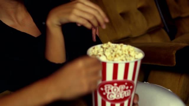 vídeos de stock, filmes e b-roll de público dos povos que prestam atenção ao filme no cinema. - balde pipoca