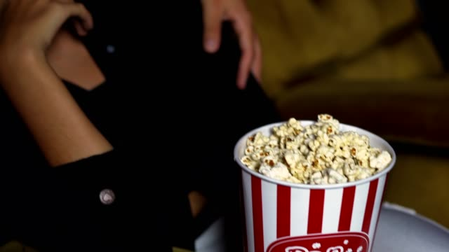 vídeos de stock, filmes e b-roll de as pessoas assistem cinema no cinema. - balde pipoca