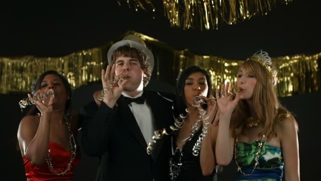 Les personnes dont la fête et cotillons Nouvel an - Vidéo