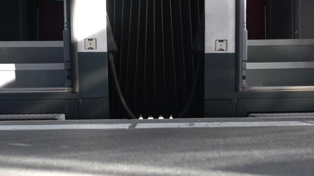 personer som bär bagage på subway station plattform - munich train station bildbanksvideor och videomaterial från bakom kulisserna