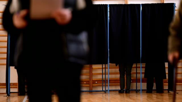 vídeos y material grabado en eventos de stock de emitir sus votos de la gente - polling place