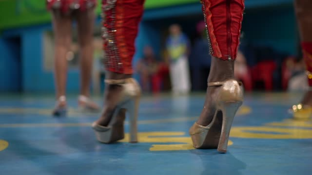 학교 카니발에서 브라질 카니발을 축하하고 춤추는 사람들 - 사육제 스톡 비디오 및 b-롤 화면