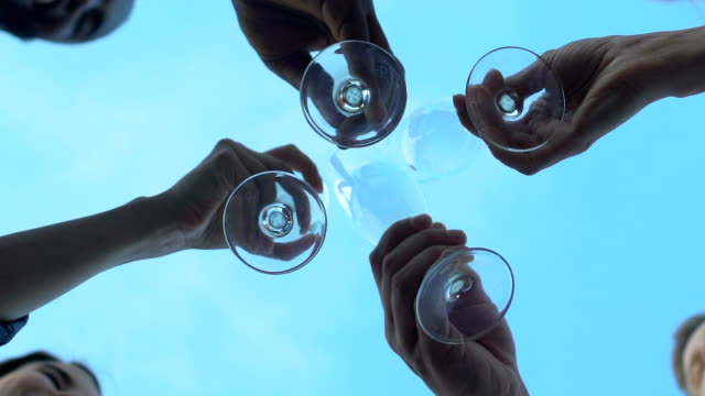 menschen klirren champagnergläser und trinken getränke, feier, basisansicht - champagner toasts stock-videos und b-roll-filmmaterial