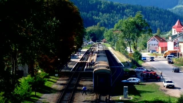 människor kommer ut ur tåget stationen yaremche. - karpaterna tåg bildbanksvideor och videomaterial från bakom kulisserna