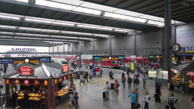 personer som pendling på tågstationen i münchen - munich train station bildbanksvideor och videomaterial från bakom kulisserna