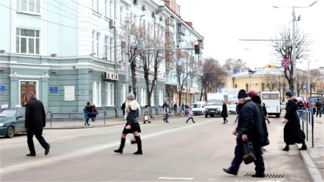 vídeos y material grabado en eventos de stock de gente de la calle, en el cruce de peatones. - señalización vial