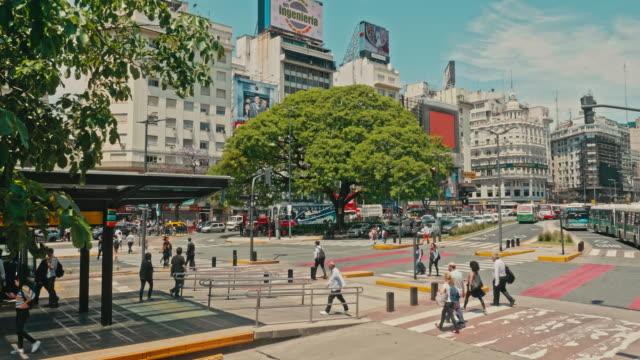 9 july avenue'den geçen ler, buenos aires, arjantin - obelisk stok videoları ve detay görüntü çekimi