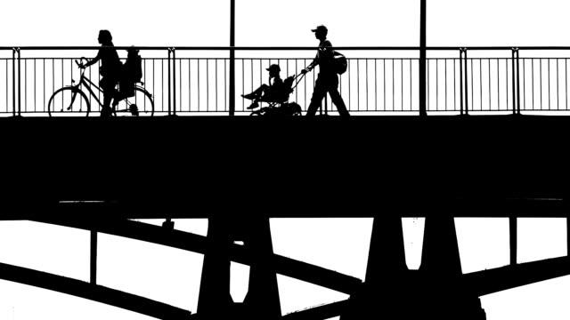 橋を渡る人々 bw - 都市 モノクロ点の映像素材/bロール