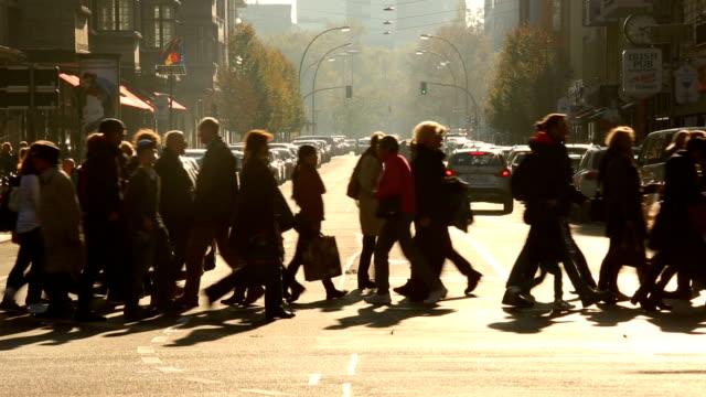 people crossing a street in berlin - пешеход стоковые видео и кадры b-roll