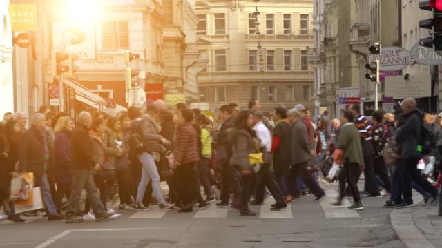 Menschen, die in Wien eine Straße überqueren – Video