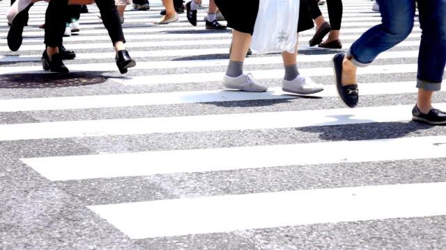 stockvideo's en b-roll-footage met mensen kruising, shibuya, slow-motion - oversteekplaats