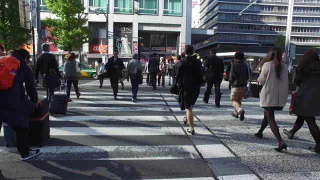 menschen-kreuzung street - überweg warnschild stock-videos und b-roll-filmmaterial