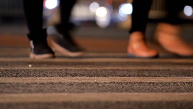 personer korsar gatan - korsform bildbanksvideor och videomaterial från bakom kulisserna