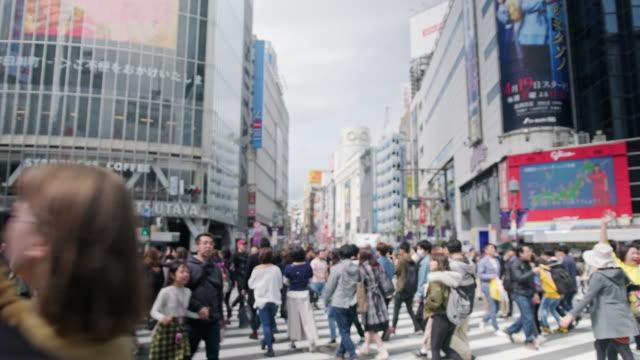 日本の渋谷交差点を横切る人 - 交差点点の映像素材/bロール