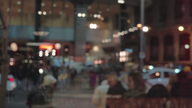 vídeos y material grabado en eventos de stock de personas cruzando la calle vista nocturna de la ciudad a través de la ventana - autobús