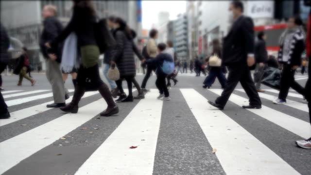 stockvideo's en b-roll-footage met mensen oversteken van de straat - oversteekplaats