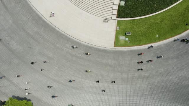 Menschen, die auf der Straße Rad fahren. Mexiko-Stadt. – Video