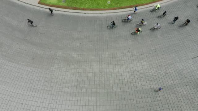 人們在街上騎自行車。墨西哥城。 - 都市生活 個影片檔及 b 捲影像