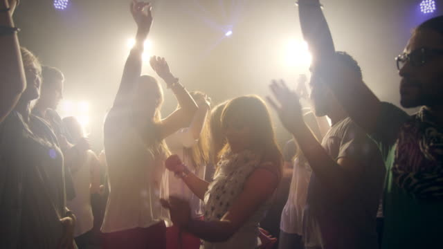 stockvideo's en b-roll-footage met people dacing in disco - feest
