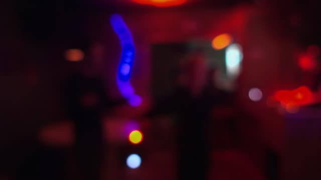 vídeos de stock e filmes b-roll de people dance in night club. light effects in modern night club - berlin wall
