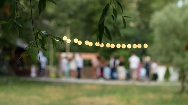 vídeos de stock, filmes e b-roll de as pessoas dançam em uma noite de verão. - casamento