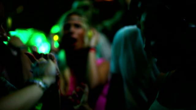 人々のダンスをお楽しみいただけます。 ビデオ