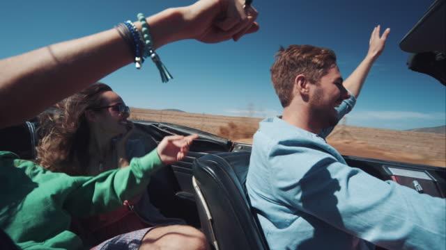menschen fahren auto im retro-dirt road - spring break stock-videos und b-roll-filmmaterial