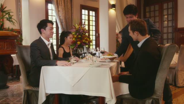 Menschen essen im restaurant, Geschäftsessen, Männer, Frauen – Video