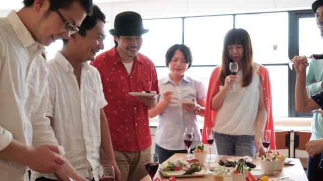 人が楽しんで食べるし、会話 ビデオ