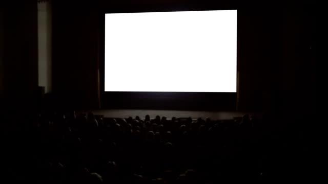 vídeos de stock, filmes e b-roll de pessoas apreciando o filme no cinema - pré estreia