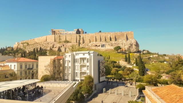 vídeos de stock, filmes e b-roll de povos que apreciam seu café com a vista do acropolis grego antigo - ática ática