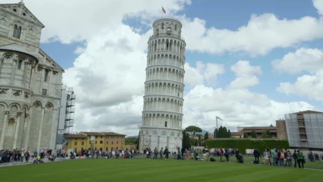 eğik pisa kulesi ve antik bazilika, manzarayı insanlar tur heyecan verici - pisa kulesi stok videoları ve detay görüntü çekimi