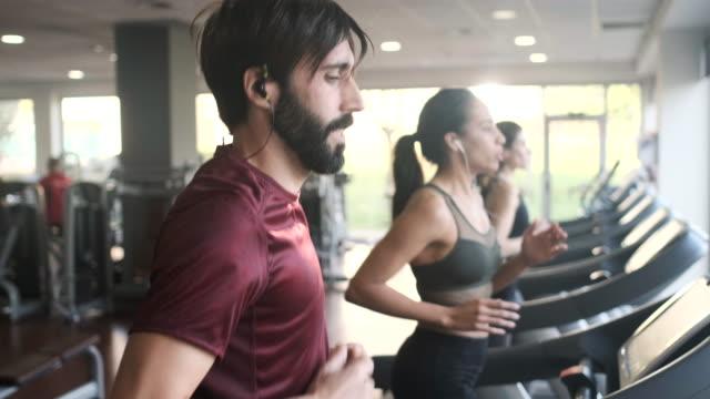 trademill에서 운동 하는 사람들, 달리기. - 운동장비 스톡 비디오 및 b-롤 화면