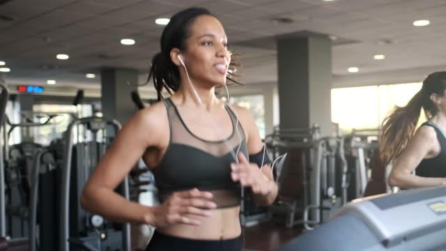 vídeos de stock e filmes b-roll de people exercising on a trademill, running. - aparelho de musculação