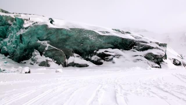 Mensen expeditie onderweg trekhonden team husky Eskimo van Noordpool in Noordpoolgebied. video