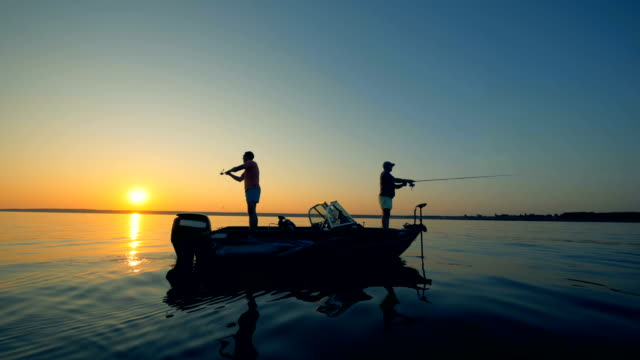 ボートで釣りをする人たち。 - 漁師 外人点の映像素材/bロール