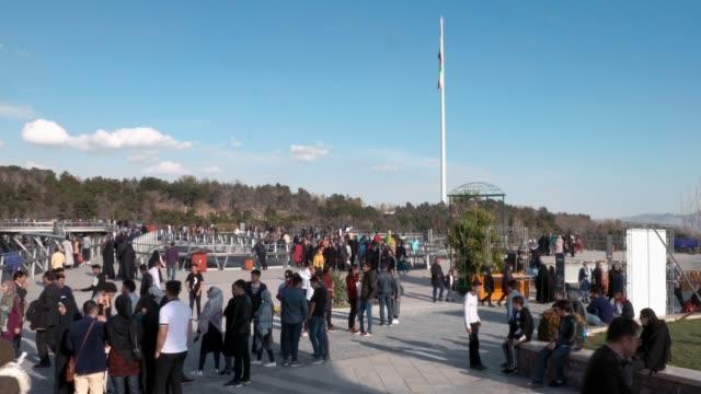 人們聚集在德黑蘭公園 - 德黑蘭 個影片檔及 b 捲影像