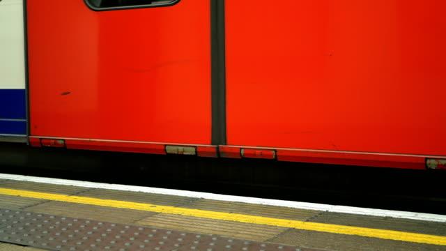 Mensen afstappen van een buis trainen in Londen. video