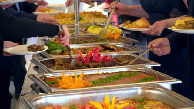 i̇nsanlar yemeklerini açık büfe yemek kapalı lüks restoranda et renkli meyve ve sebzeler ile grup. - gıda ve i̇çecek sanayi stok videoları ve detay görüntü çekimi