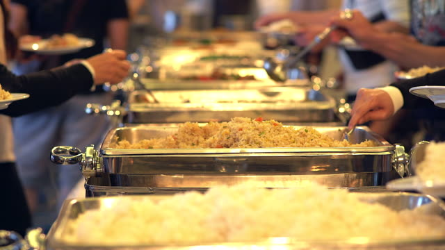 ludzie grupy catering żywności w formie bufetu wewnątrz restauracji. - stołówka filmów i materiałów b-roll