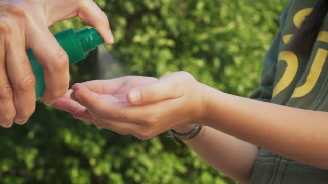 vídeos y material grabado en eventos de stock de las personas cuidan a mano al aire libre con gel de alcohol desinfectante lavar las bacterias antivirus de las manos durante la crisis de covid-19 - hand sanitizer