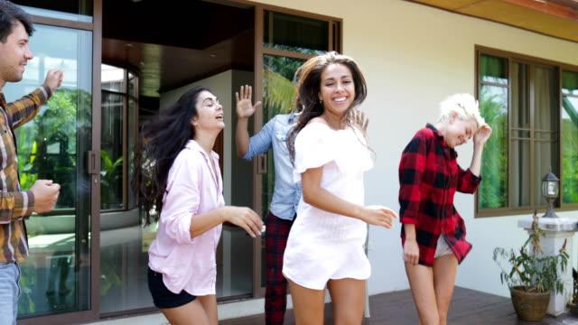 människor glada dansande på sommarterrassen, unga män och kvinnor på hem glada vänner grupp ha kul - latino music bildbanksvideor och videomaterial från bakom kulisserna