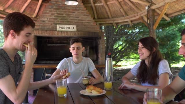 menschen, die gemeinsam eine pause auf dem land machen und säfte trinken - brunch stock-videos und b-roll-filmmaterial